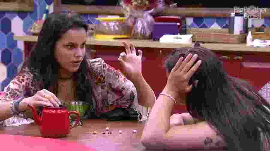 """Emilly ensina Elettra a jogar """"Golpinho"""" - Reprodução/ TV Globo"""
