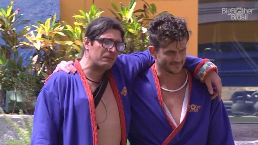 Ilmar se emociona, acompanhado de Marcos, após vencer prova do líder  - Reprodução/TV Globo