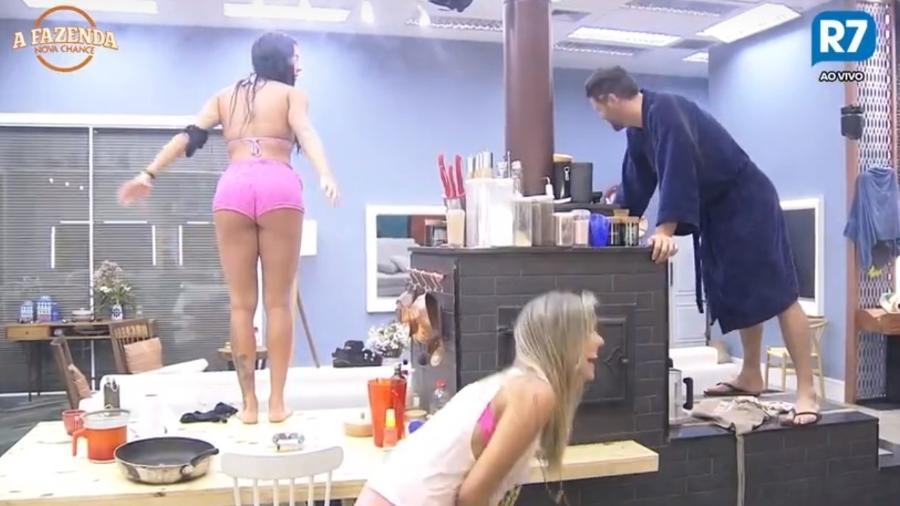 Peões dançam na bancada da cozinha - Reprodução/R7