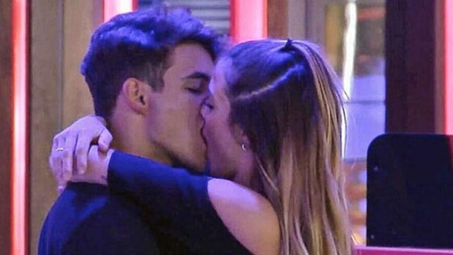 "Antônio beija participante americana no ""Gran Hermano Vip"" - Reprodução/Telecinco"