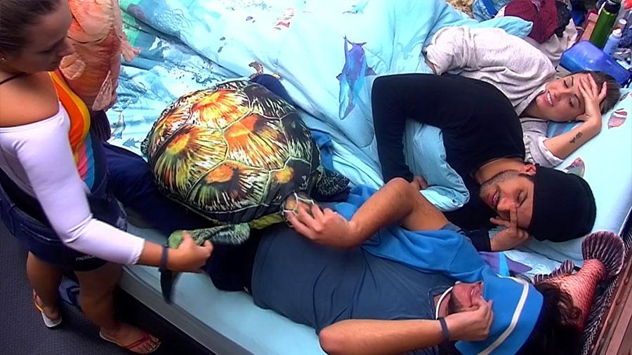 Brothers colocam a conversa em dia e brincam no quarto submarino - Reprodução/GloboPlay