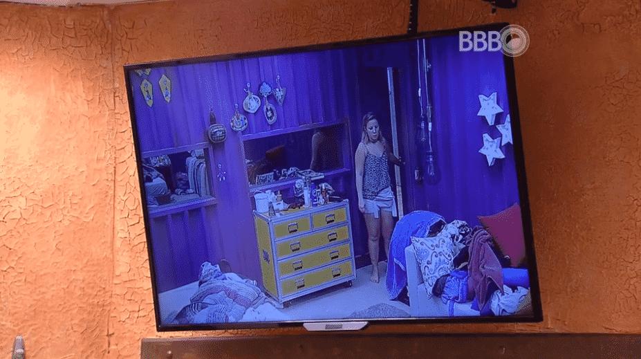 13.mar.2016 - Maria Claudia está procurando por Renan, mas acredita que o modelo tenha pedido atendimento psicológico e esteja no confessionário para ser atendido - Reprodução/TV Globo