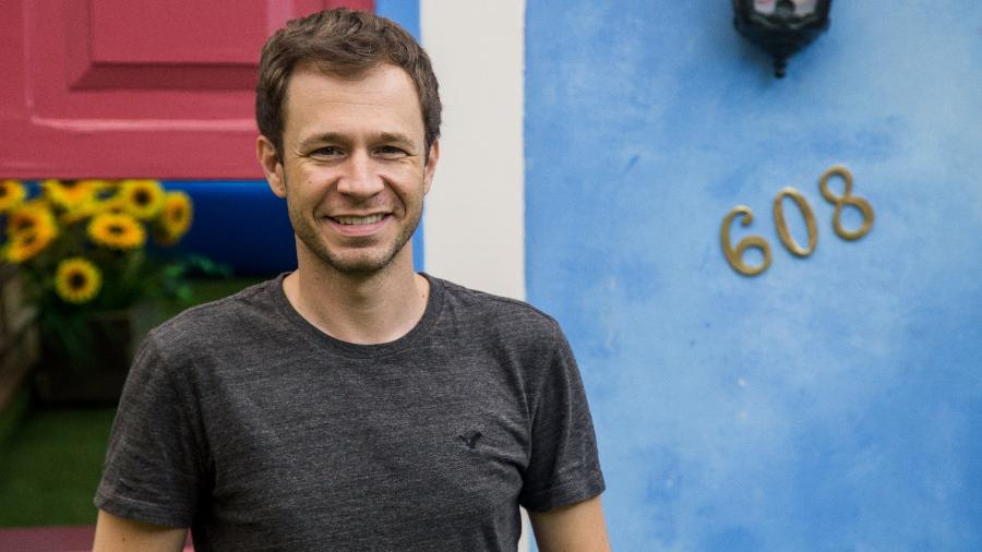 "Tiago Leifert, apresentador do ""BBB17"", na nova fachada da casa - Paulo Belote/TV Globo"