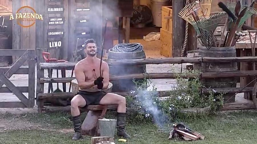 """Marcos Harte faz uma espada em """"A Fazenda"""" - Reprodução/R7"""