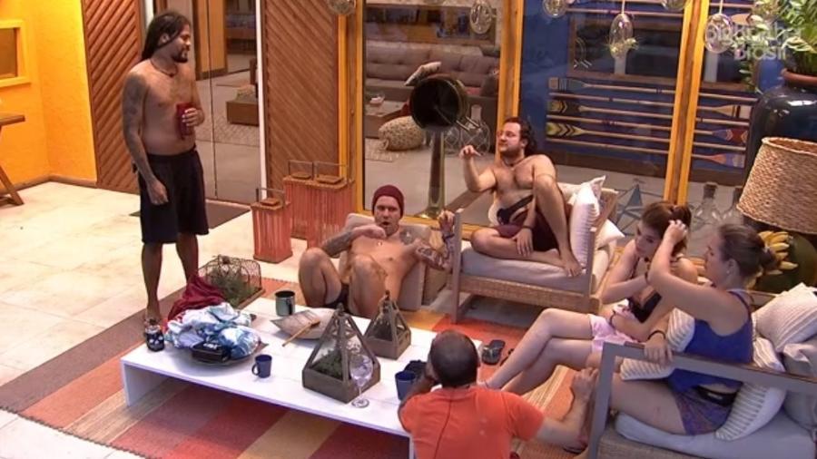 Brothers conversam na área externa da casa  - Reprodução/ Globoplay