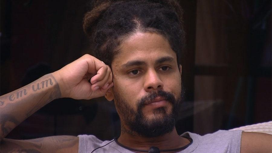 Viegas comenta com Kaysar sua frustração em não participar da prova do líder - Reprodução/GloboPlay