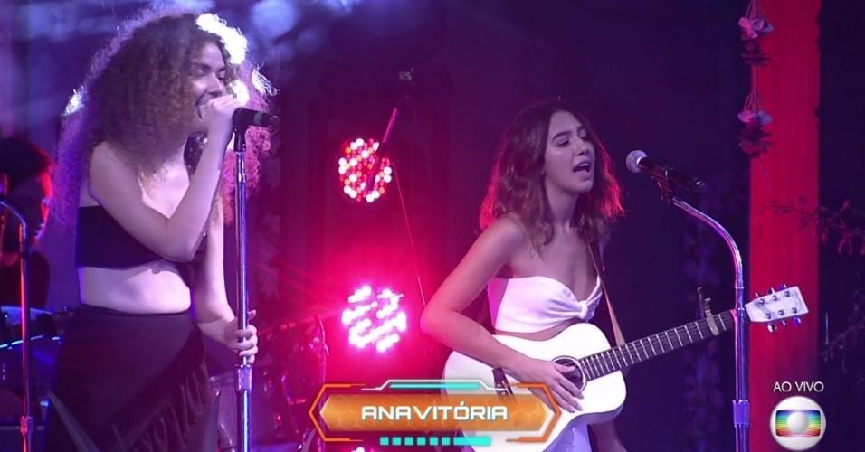 "Dupla Anavitória faz show na festa ""Havaí"", no ""BBB18"""