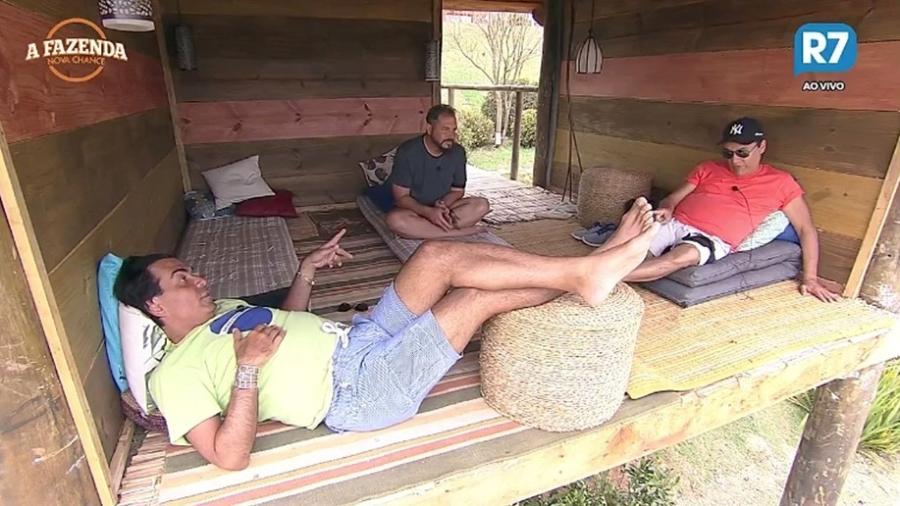 Conrado, Nahim e Fábio Arruda conversam na casa da árvore  - Reprodução/R7
