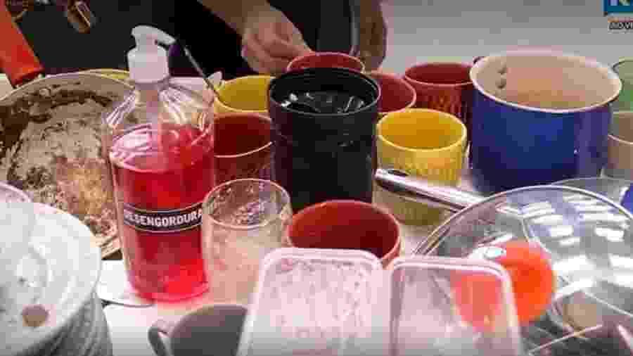 Aritana reclama de louça na cozinha  - Reprodução/Record