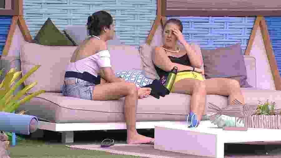 Ana Paula e Patrícia conversam sobre o paredão na área externa - Reprodução/GloboPlay