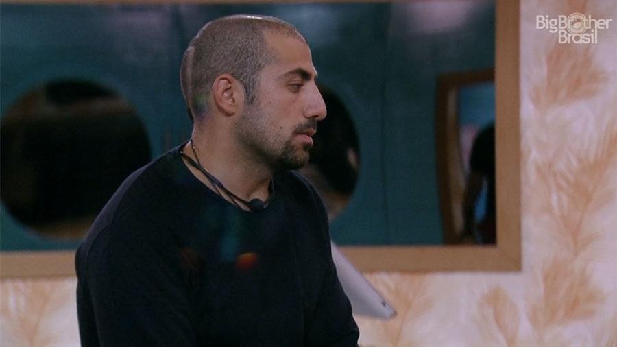 Kaysar conversa com Breno durante o café da manhã no segundo andar - Reprodução/GloboPlay