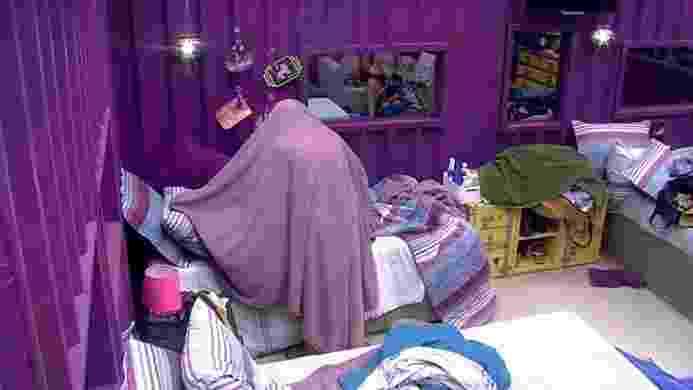 """13.mar.2016 - Enquanto se trocava no quarto roxo, dona Geralda voltou a expressar sua aversão a roupas: """"Não precisava existir roupa, não, gente"""" - Reprodução/TV Globo"""