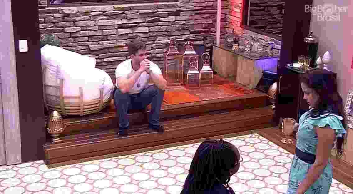 Emilly e Marcos se desentendem durante o happy hour do líder - Reprodução/TV Globo