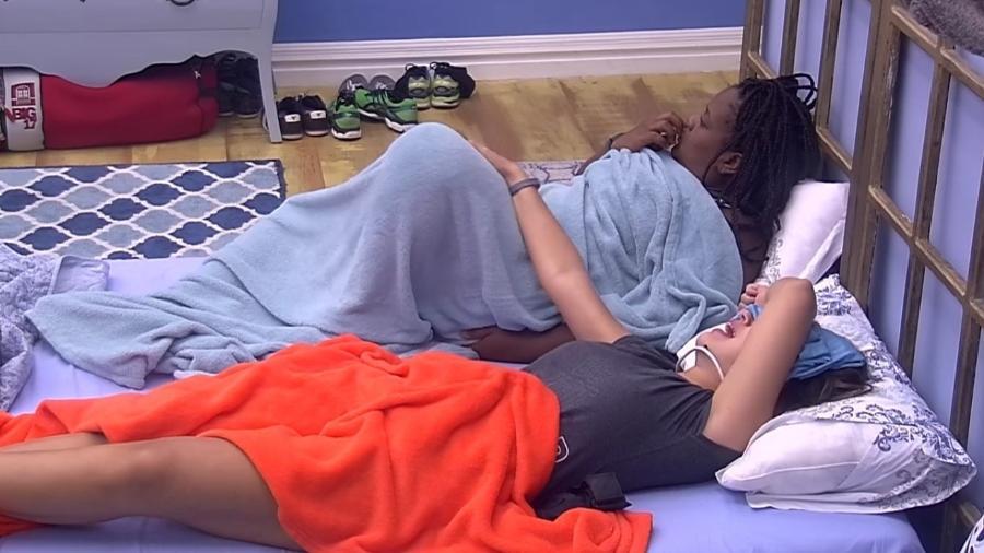 """Vivian dorme com camiseta que Manoel deixou no """"BBB17"""" - Reprodução/TVGlobo"""