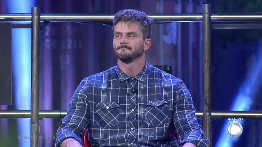 """Marcos Harter ouve perguntas na final de """"A Fazenda 9"""" - Reprodução/R7"""