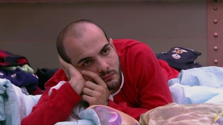 Mahmoud conversa com brothers no quarto - Reprodução/Globoplay