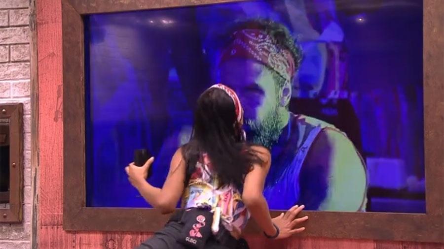 Gleici beija Wagner pelo telão do quarto - Reprodução/GloboPlay