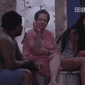 16.mar.2016 - Munik faz leitura em voz alta para Geralda e Ronan - Reprodução/TV Globo