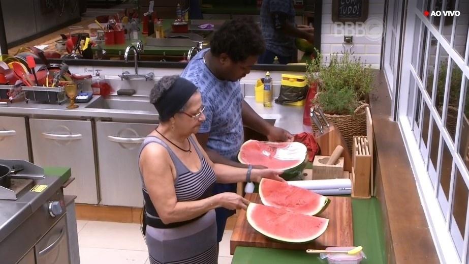 28.mar.2016 - Brothers aprovaram as compras da semana e elogiaram a diversidade de frutas