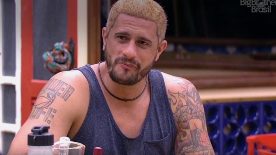 """25.jan.2017 - Daniel, do """"BBB17"""", descolore o cabelo no primeiro dia na casa mais vigiada do Brasil  - Reprodução/TV Globo"""