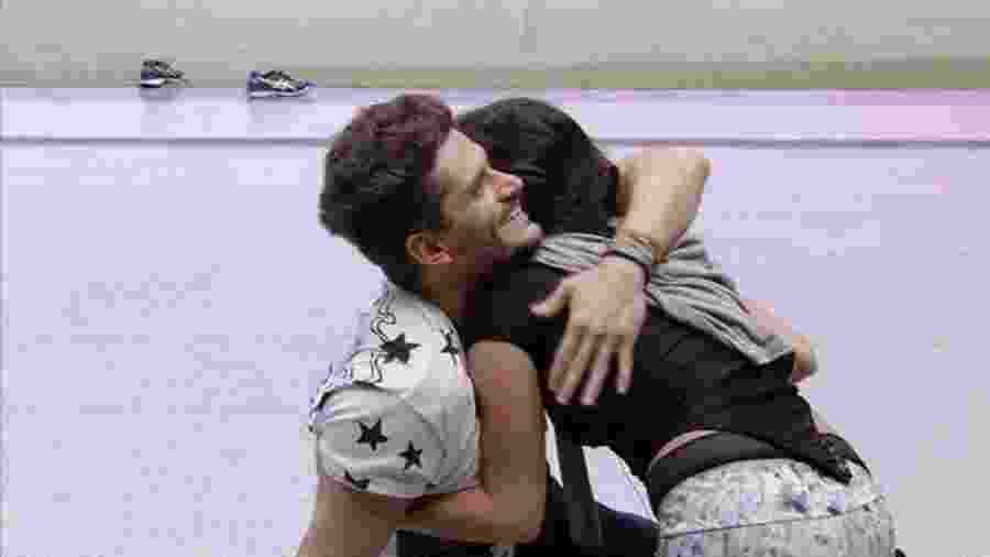 Marcos comemora vitória de Emilly na prova do líder - Reprodução/TVGlobo