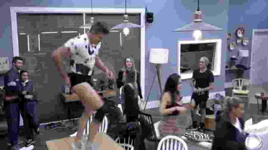 """Marcos Harter comemora vitória como fazendeiro dançando em cima da mesa em """"A Fazenda 9"""" - Reprodução/R7"""