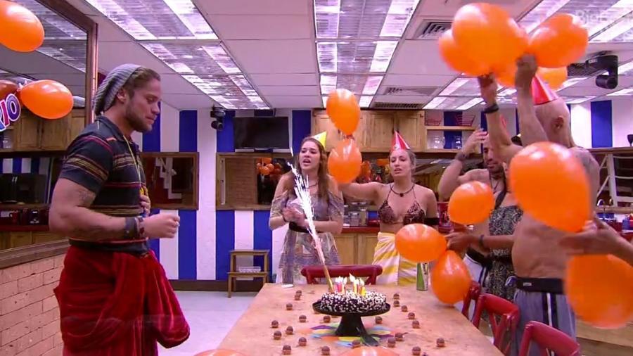 Breno ganha festa de aniversário surpresa da produção  - Reprodução/GloboPlay