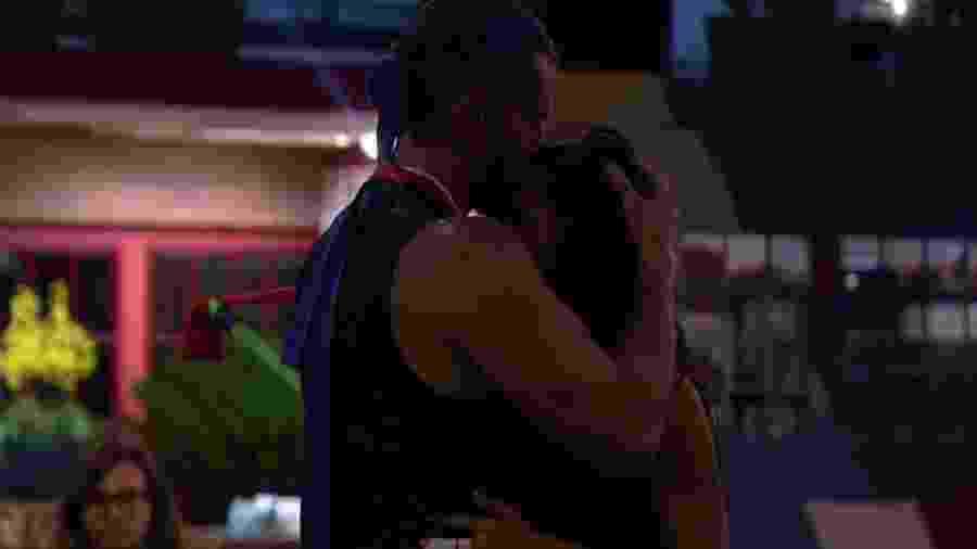 """Marcos e Emilly trocam carinhos em festa improvisada no """"BB17"""" - Reprodução/Gshow"""