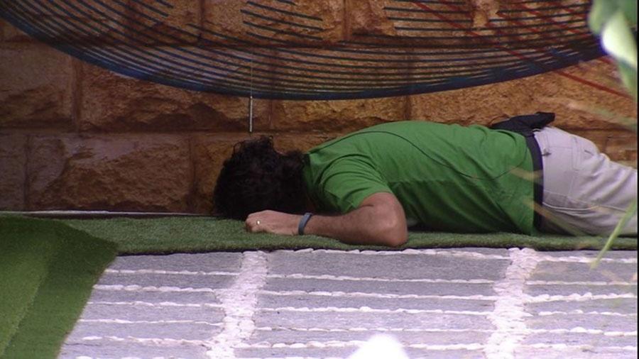 Rômulo tenta ver lado mexicano por debaixo do muro - Reprodução/TVGlobo