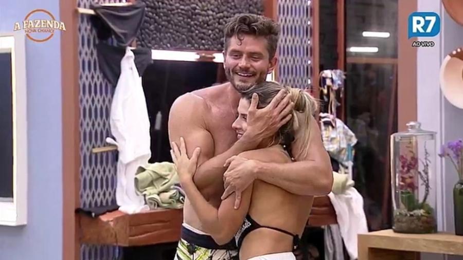Marcos Harter abraça Minerato após brincadeira  - Reprodução/R7