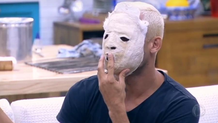 Yuri usa máscara para assustar peões - Reprodução/R7