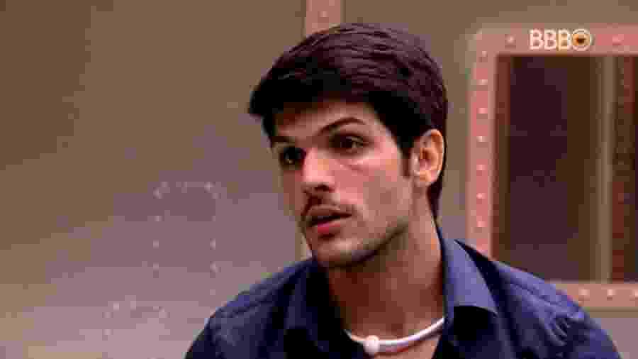 Lucas conversa com Jéssica no quarto - Reprodução/GlobosatPlay