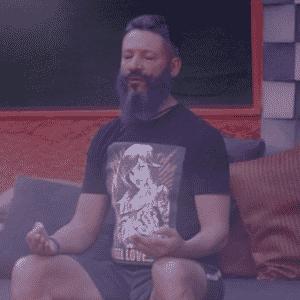 """27.jan.2016 - Laércio faz meditação pela manhã no """"BBB16"""" - Reprodução/TV Globo"""