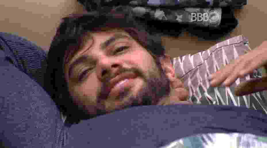 """5.mar.2016 - Renan é acordadao por Geralda, Matheus e Adélia, no """"BBB16"""" - Reprodução/TV Globo"""