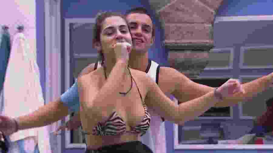 Manoel dança com Vivian no quarto azul - Reprodução/TV Globo