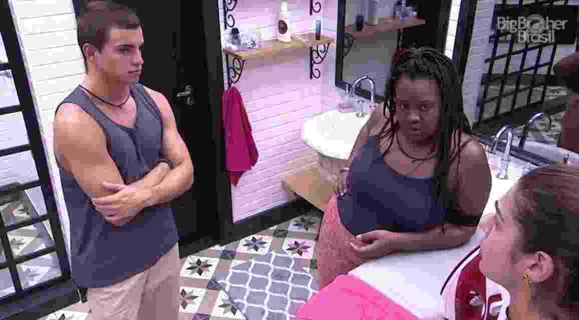 Roberta acredita que Ieda queira convencer Emilly a se afastar dela - Reprodução/TV Globo