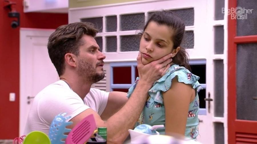 Marcos examina Emilly e desconfia de doença viral  - Reprodução/TV Globo