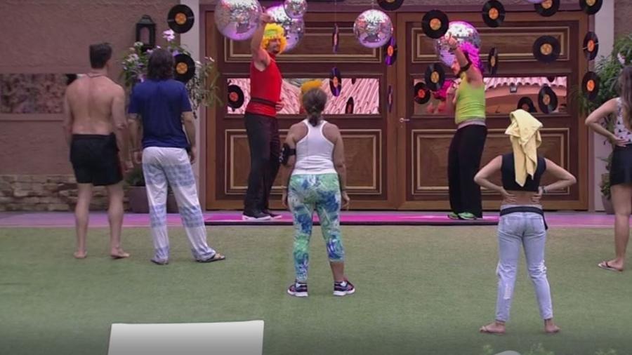Daniel e Rômulo mexem o esqueleto para pagar castigo do monstro - Reprodução/TVGlobo