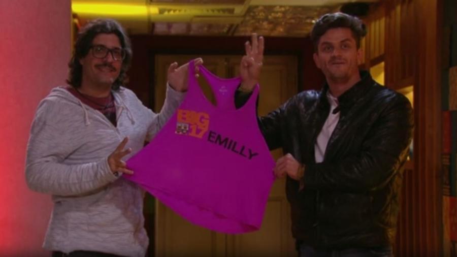 Ilmar e Marcos posam com camiseta de Emilly - Reprodução/TV Globo