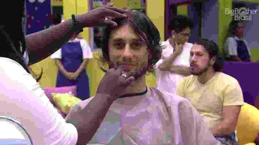 Pedro corta o cabelo - Reprodução/TV Globo