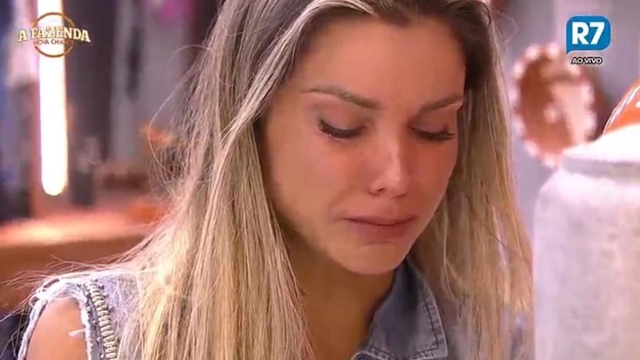 """Flávia Viana chora após conversa com os peões em """"A Fazenda 9"""" - Reprodução/R7"""