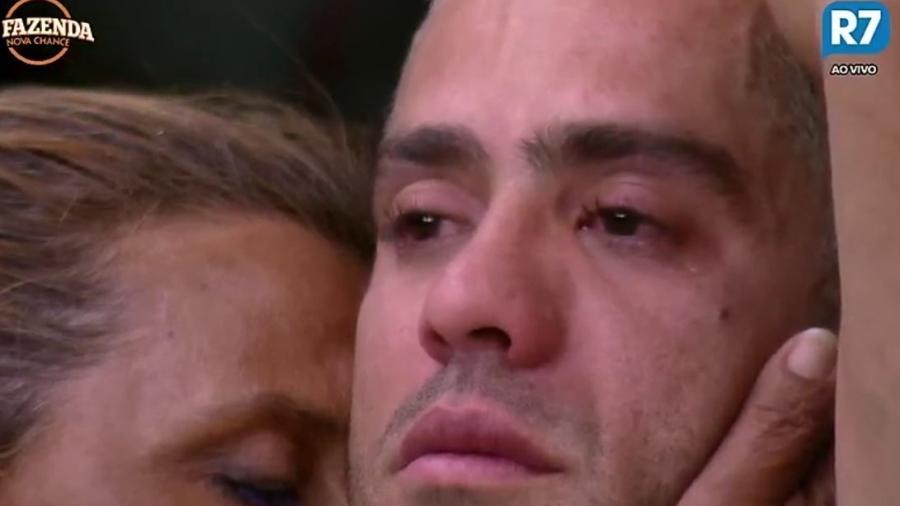 Yuri chora abraçado com Rita Cadillac - Reprodução/R7