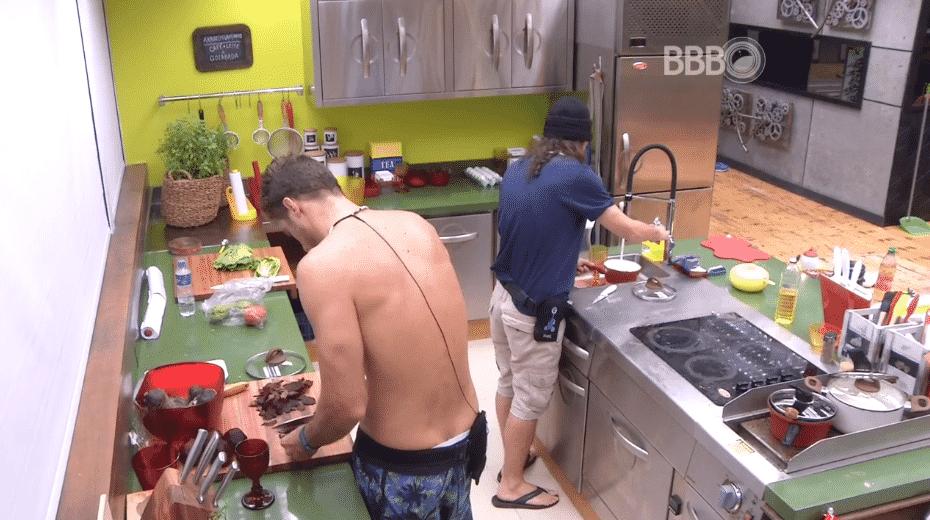 """14.fev.2016 - Daniel e Tamiel preparam o almoço e reclamam do desperdício de comida causado pelo grupo que estava antes no """"Tá com Tudo"""" - Reprodução/TV Globo"""