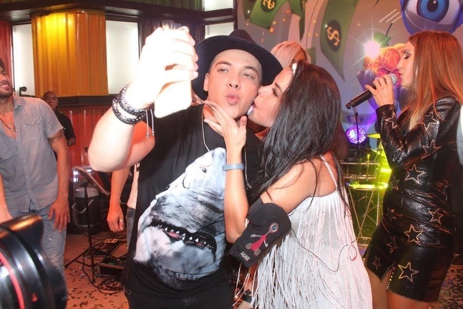 5.abr.2016 - A goiana tirou uma foto com o ídolo, Wesley Safadão, dando um beijo no rosto do cantor