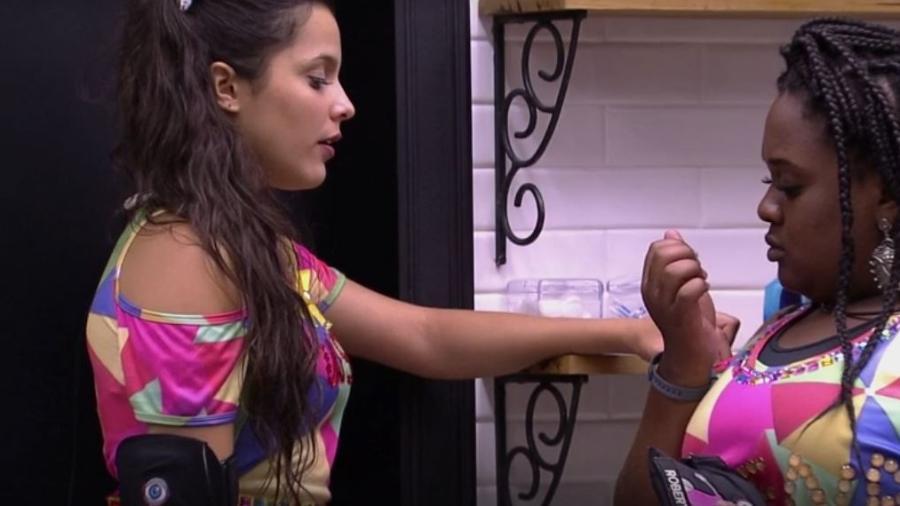 Emilly e Roberta falam de Marcos no banheiro - Reprodução/TVGlobo