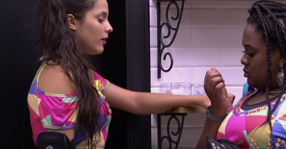 Emilly e Roberta falam de Marcos no banheiro