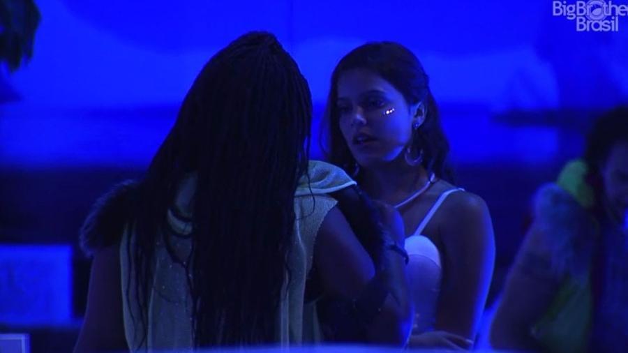 Emilly reclama de Marcos para Roberta - Reprodução/TV Globo