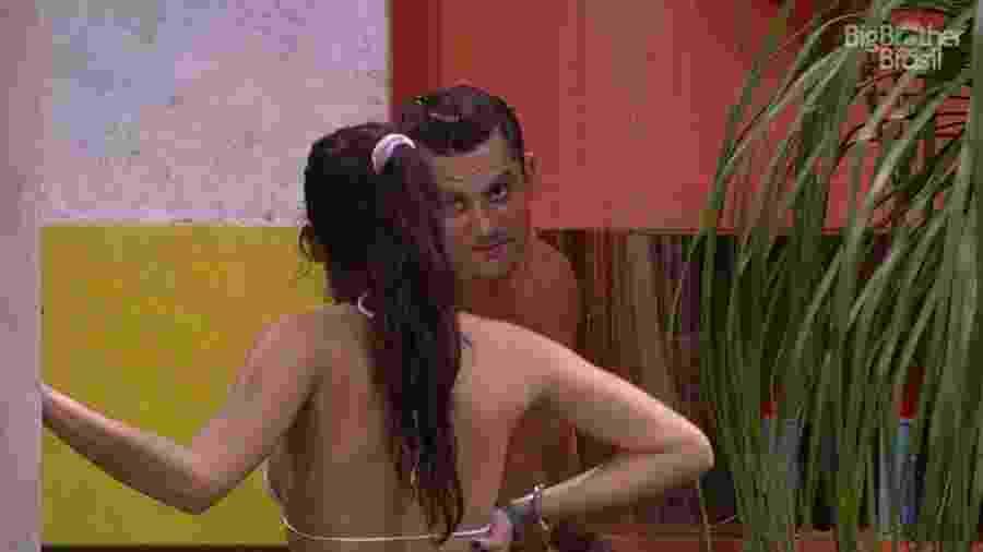 Emilly e Marcos conversam sobre brincadeira de esconde-esconde - Reprodução/TV Globo