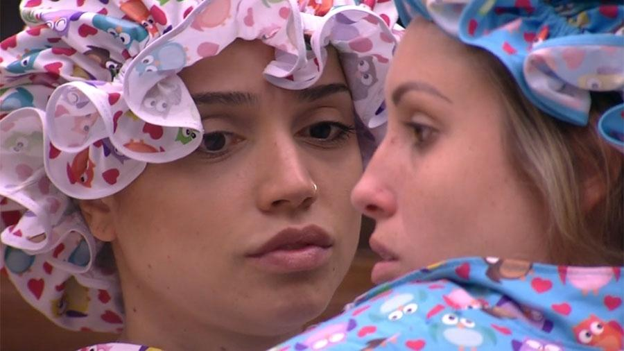 Paula e Jéssica se preocupam com o paredão - Reprodução/GloboPlay