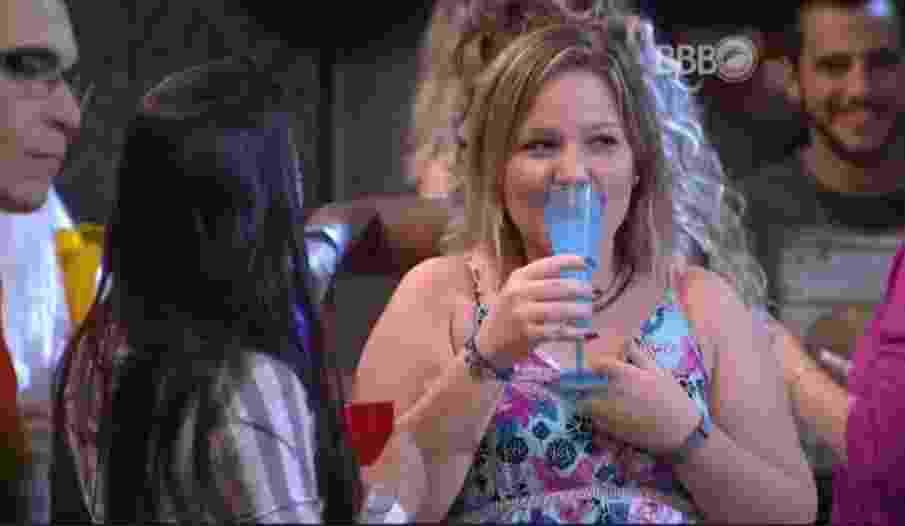 """23.jan.16 - Maria Claudia brinda na primeira festa do """"BBB16"""" - Reprodução/ TV Globo"""